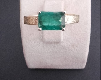 Handcrafted ring in 18kt gold with natural emerald