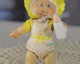 "Vintage Cabbage patch kids 80's PVC poseable figure 3"" Mini Figure Yellow Baby with Bonnet and bottle Newborn Original Retro"