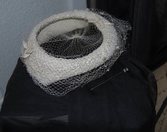 Vintage 1940s 1950s Woven Beige Halo Calot Pillbox Hat with Netting