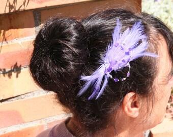 Ornement cheveux mariée avec plumes mauves