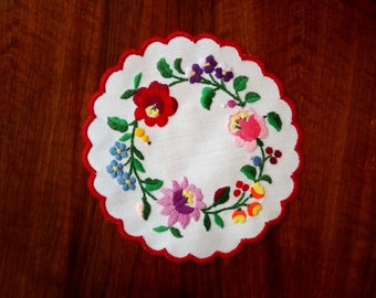 """Hand made 6"""" round doily with flowers, Hungarian embroidered table topper"""