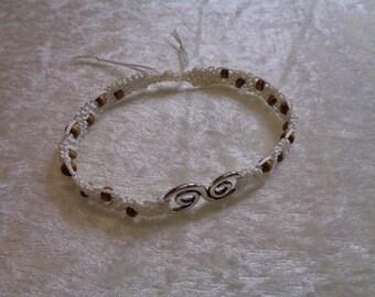 Bracelet macramé in silk thread and wooden beads