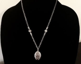 Silver plated, nickel free, oval pendant necklace