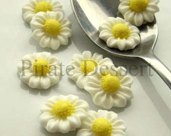 FONDANT FLOWERS White Daisy sugar flowers- half inch (12mm) White Daisies Edible cake decorations ( White and Yellow) (12 Pieces)