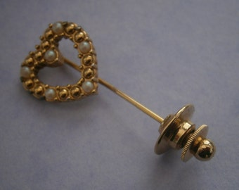 B981) A lovely vintage gold tone metal and faux seed pearl brooch capped pin