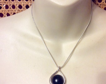 Vintage 1980's domed black cabochon serpentine chain necklace pendant.