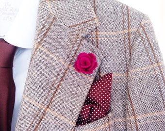 A flower lapel pin that is a wedding guest favourite for wearing with tweed jackets. It's also a preffered alternative to wedding boutonnièr