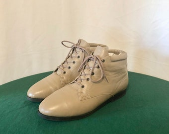 Sz 9 W Vintage Short Taupe Genuine Leather 1990s Women Flat Danexx Lace Up Ankle Boots.