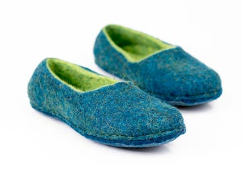 Rich blue handmade felted slippers for women with green inner layer, Felted wool slippers, Warm home shoes, Women slippers, Blue slippers