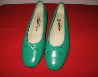 Vintage Green leather AUDITIONS slip on shoes pumps small heel bow toe 5W