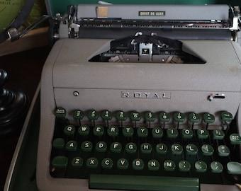Vintage, Royal Quiet De Luxe Typewriter