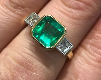 Natural emerald & diamond princess cut shoulders engagement cocktail statement ring 18k ct carat yellow and white gold bezel rubover setting
