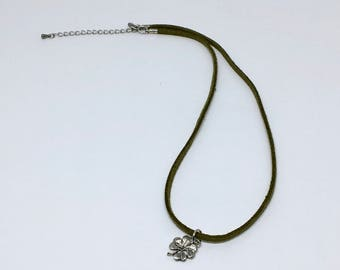 Necklace made of suede with 4 leaf clover charm