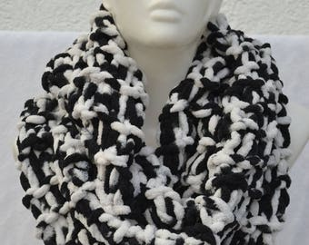 Loop hose scarf scarf black white mottled by hand knitted