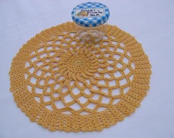 Rundes Deckchen, Zierdeckchen, Häkeldeckchen in gelb