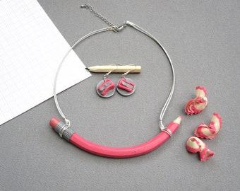 Cadeau maîtresse fait-main, Parure Collier crayon de couleur rose corail et sa gomme, boucles d'oreilles taille-crayon, pâte polymère fimo,