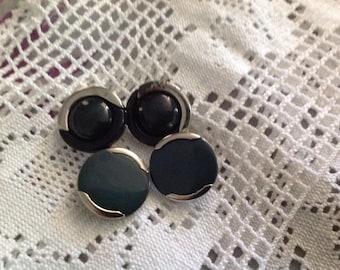 Lot de quatre boutons anciens en metal our et bois ,diametre  23mm