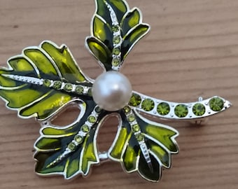 Vintage Lime green rhinestone leaf brooch/pin