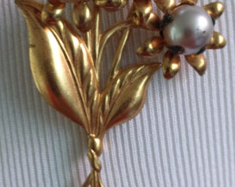Vintage Gold Toned Metal Pin with Faux Pearl Centered Flowers Unmarked