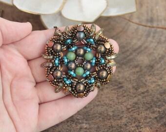 Mandala victorien. Perles pendentif, perles ajourées, métallisé bronze turquoise vert or antique, forme 3D, pendentif rond, perles, pièce unique