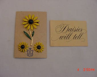 Vintage Daisies Will Tell Brooch & Clip On Earring Set On Original Sales Card  18 - 538