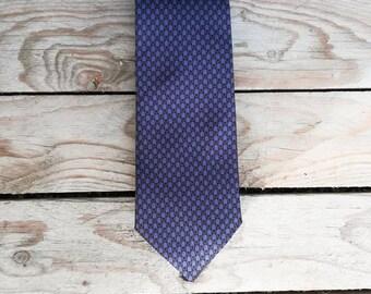 Cravatta classica viola con fantasia geometrica nera