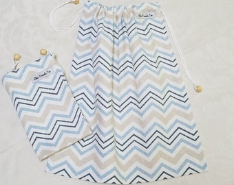 Shoe bag (1X) beige blue zig zag pattern with wooden charm