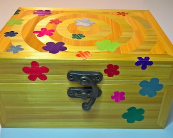 Box with inlay of flowers