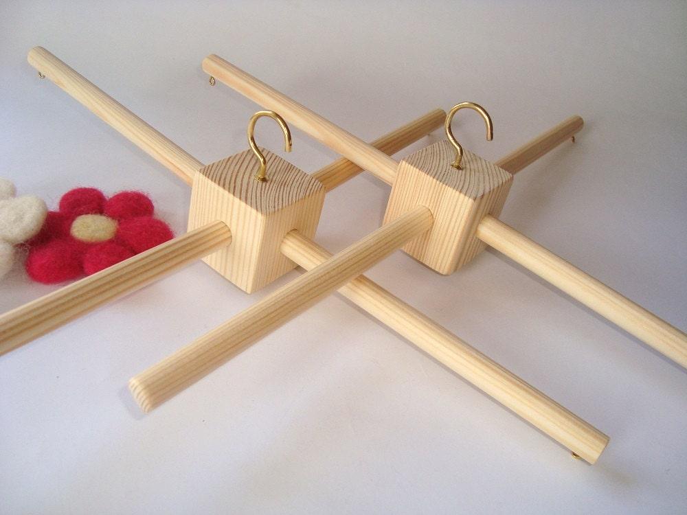 2 colgadores móviles de madera. Base móvil de madera sin