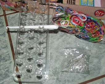 Kit for 6 bracelets and + 400 elastics, 24 clips, 1 unit, 1 hook and 1 Manual explanation
