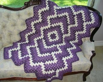 Petit Crochet Afghan mauves et blanches - tour de couverture au Crochet grand-mère ou bébé Plaid - couverture de jet Design moderne - taille d'un voyage