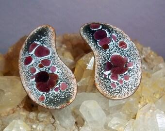 Vintage Mid Century Modern Enamel-on-Copper Kidney-Shape Earrings - Copper Enamel Screwback Earrings - Red Spatter Pattern - 1960s Jewelry