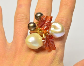 yellow Gold 18 kt ring with white and black Freshwater pearls.Carnelian ring.black freshwater pearl.Handmade.Italian Jewelery.Made in Italy.