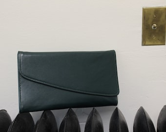 """VTG 1980's Dark Forest Green Envelope Purse with Snap Closure. Excellent """"like new"""" condition. Matching Strap/Rectangle/New Wave/Minimalist."""