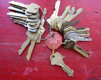 25 Bargain priced keys Vintage door keys Vintage flat keys Artist supply keys Art supply House keys Cheap keys Destash keys Lots of keys #2