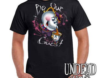 "Beauty and the Beast Mrs Potts and Chip ""Be our guest"" - Mens T Shirt"