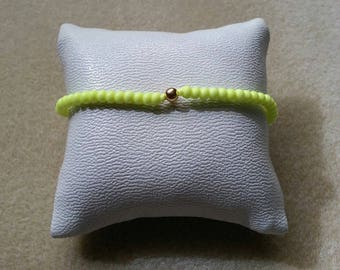 Gold plated bracelet in matte neon yellow glass beads and pearls
