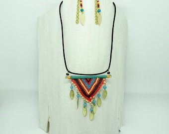 Set of necklace and earrings in braided beads.