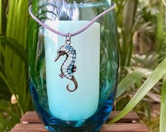Pendentif Étoile de mer sur un bougeoir en verre bleu beachy élégant avec un pilier de soja.