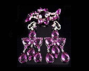 Vintage Juliana brooch / purple chandelier purple earrings / clip on statement glass dangle drops / Amethyst glass shoulder dusters