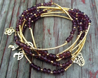 Purple crystal beaded bracelet set of seven with gold plated charms - Semanario de cristal color morado con dijes de chapa de oro