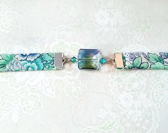 Bracelet tissu liberty of London florale bleu vert,  Cristal facetté  / Pl. argent - Floral blue/green liberty material and green crystal