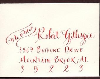 calligraphie abordant à la main pour les enveloppes de mariage