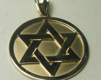 14kt yellow gold Jewish star/ Star of David circle pendant