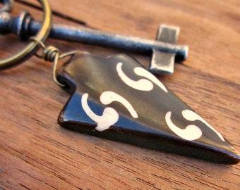 Porte-clés laiton rustique ou charme de sac à main brun foncé et blanc teint Accent osseuse : Spear