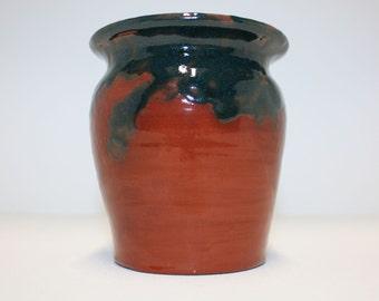 Rustic terracotta vase with dark green and transparent gloss glazes / Vase en terre cuite avec des glaçures vertes foncées et transparentes