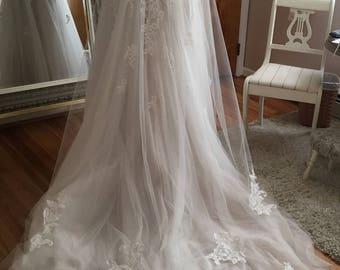 Chapel Length Bridal Veil With Lace Appliqués