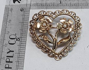 Gold toned flower pin brooch heart shaped faux pearls used