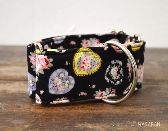 Martingale dog collar model Flowery Love . Adjustable and handmade with 100% cotton fabric. Flowers and hearts Wakakan