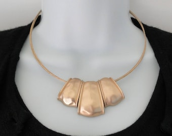 """Gold Tone Signed JNY Jones New York 4 Strand Wired 9"""" Hammered Pendant Choker Necklace"""